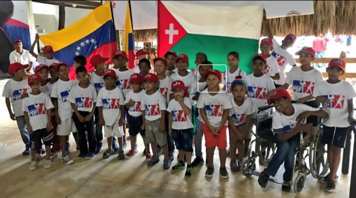 Niños venezolanos que hacen parte de la Fundación Prospectos del Futuro, que se dedica a enseñar béisbol en el Atlántico.