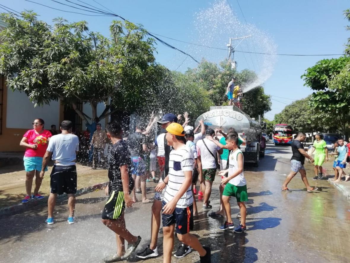 Tomasinos salieron a la calles para disfrutar del tradicional 'moja-moja'.