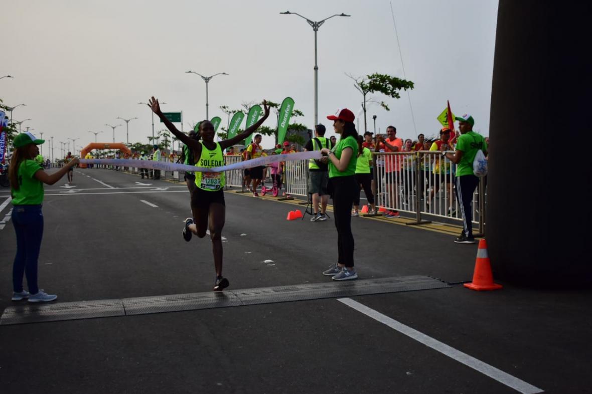 La atleta keniana Emmaculate Jebet (24 años) llegando a la meta.
