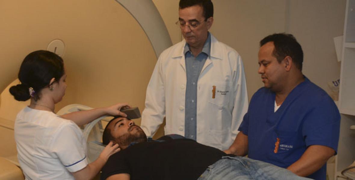 Los especialistas cuando acondicionaban al periodista  en la máquina para una resonancia magnética.