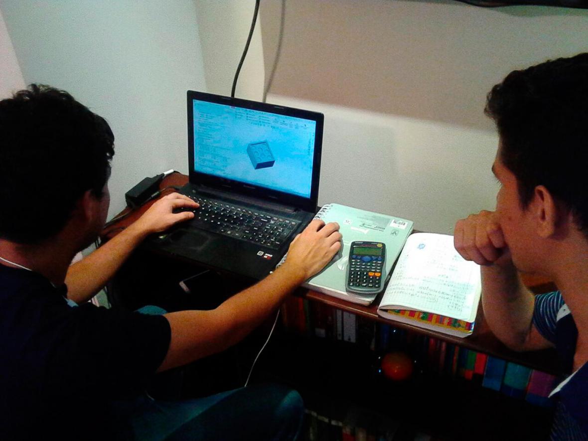 Miembros del Grupo Apolo analizan las condiciones de envío de los cubos.