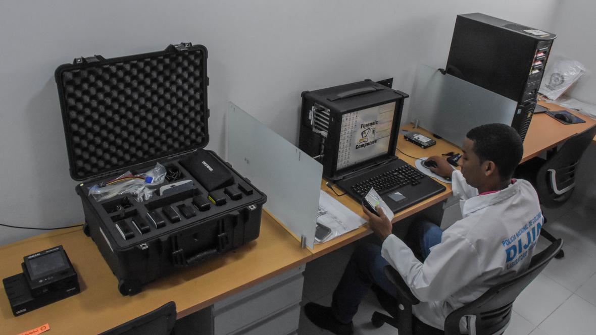 Un perito de la Unidad de Informática Forense del Laboratorio de Criminalística de la Regional 8.