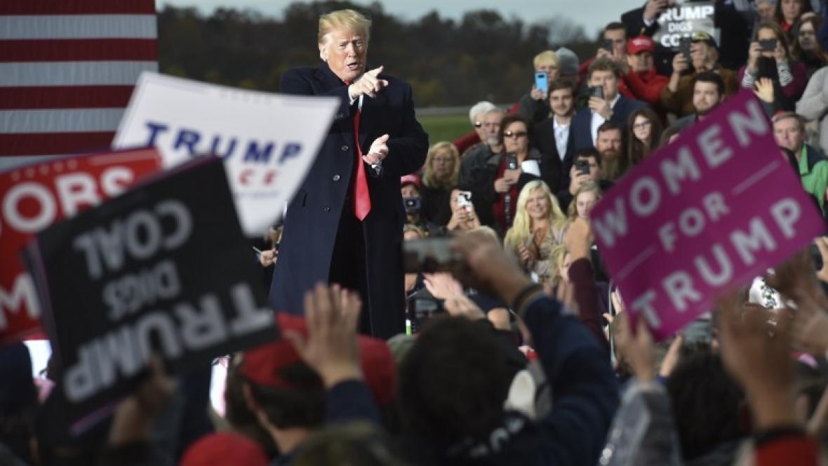 El presidente Trump saluda este viernes desde Huntington (Virginia Occidental) durante la concentración política en el aeropuerto de esa ciudad.