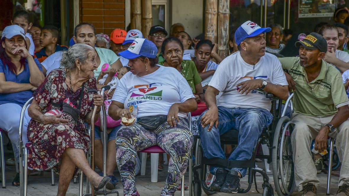 Personas en condición de discapacidad y de la tercera edad, se disfrutaron ayer la celebración que organizó la Fundación CE Camilo, en el barrio La Paz.