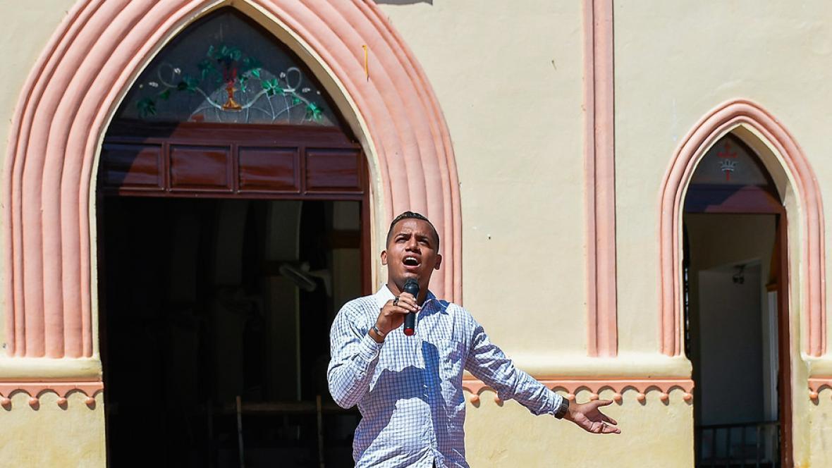 Kelvin Lara Lubo, joven polonuevero de 23 años, toma su micrófono y da rienda suelta a su voz, desde la plaza principal de Polonuevo, municipio del Atlántico.