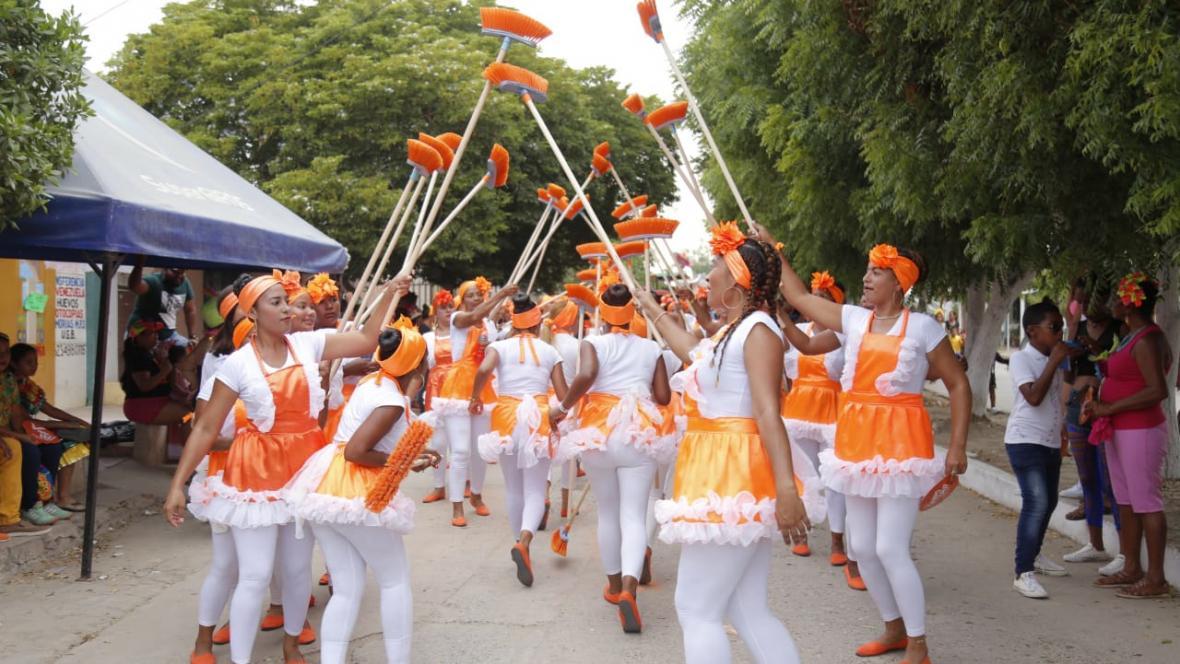 Comparsa Escoba Carnavalera de Campo de la Cruz  durante el recorrido.