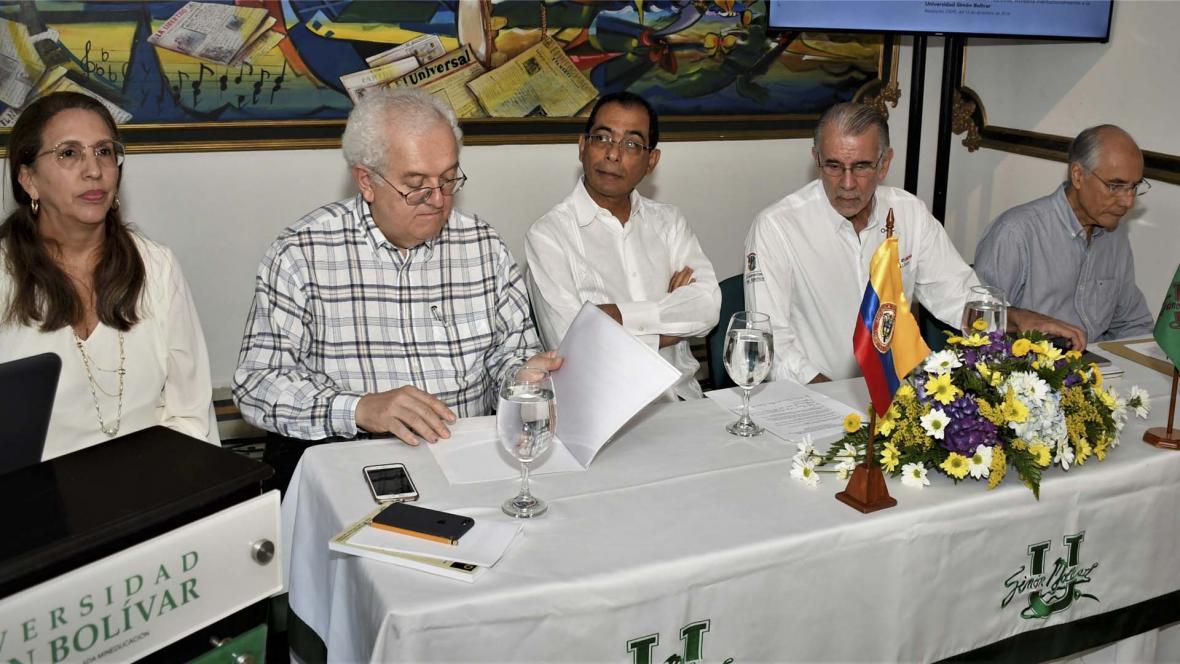 Patricia Martínez, José Ocampo, José Consuegra B., Eduardo Verano y Carlos Rodado en la presentación del libro La Desigualdad en Colombia, en Casa América Latina 'La Perla' de la Universidad Simón Bolívar.