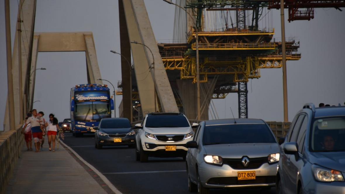 Varios carros cruzan por el puente Pumarejo.