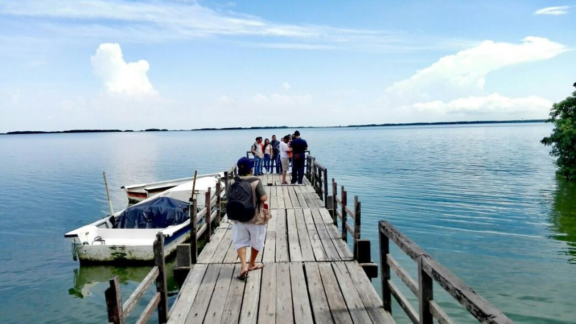 Un grupo de turistas visita la Ciénaga de Mallorquín, con la expedición 'Funecorutas'.