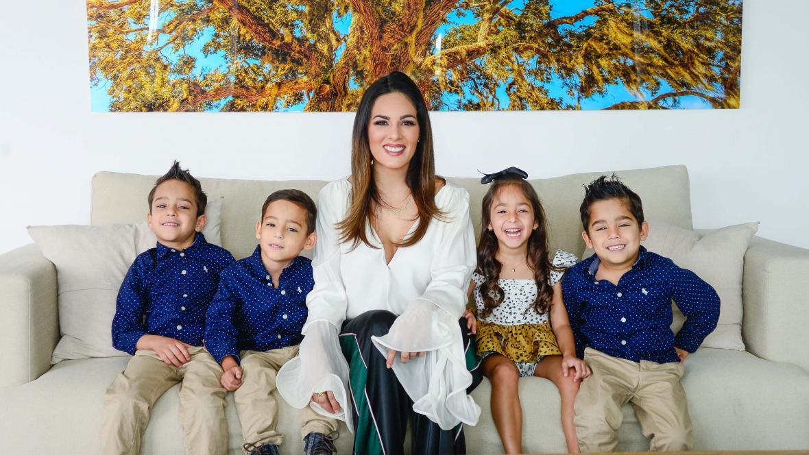 Ivana Cárdenas en compañía de sus cuatrillizos.
