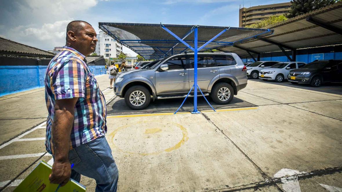 Samael Acero, un asiduo cliente de parqueaderos dice que le han hurtado elementos en tres ocasiones y nadie le ha respondido.