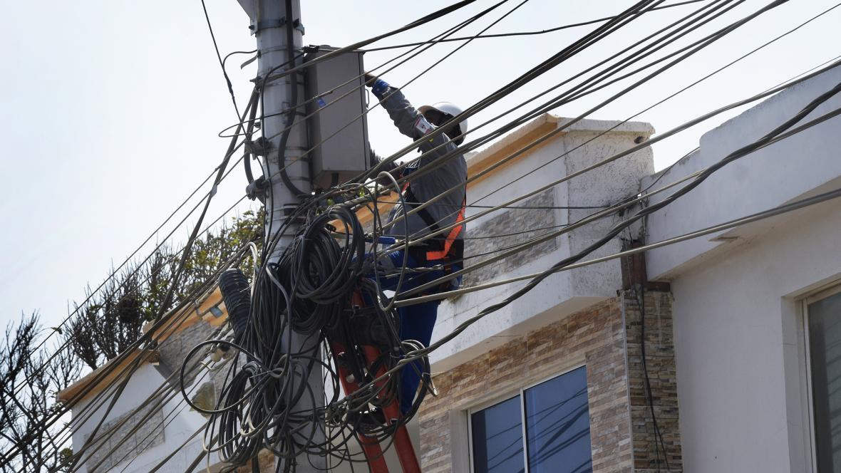 Un técnico de Electricaribe hace labores de mantenimiento en un punto al norte de la ciudad.