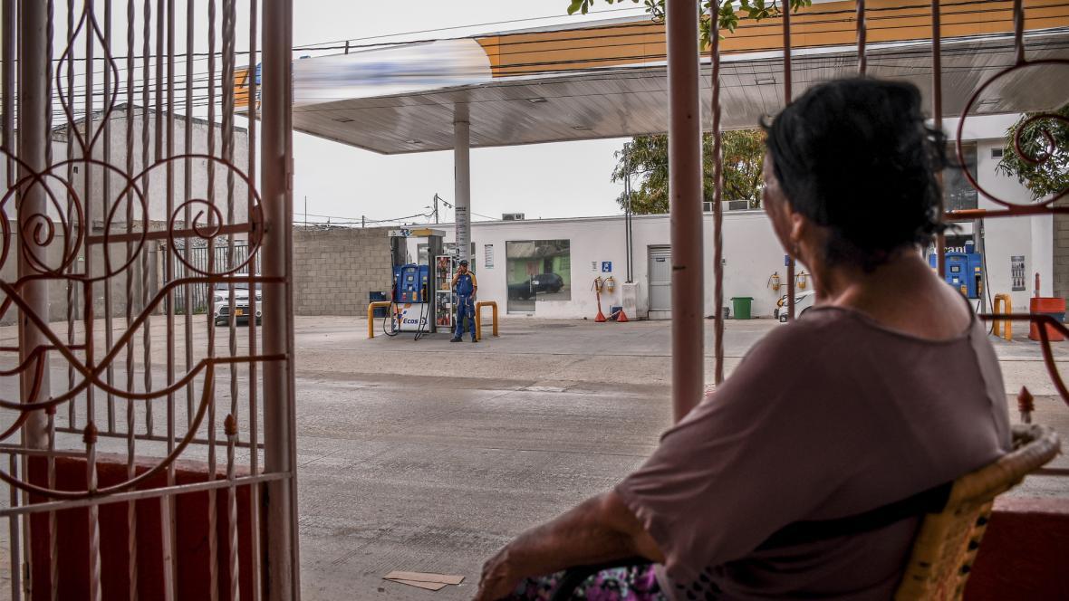 Margarita Narváez sentada en la terraza de su casa en el barrio Las Nieves, al frente hay una EDS.
