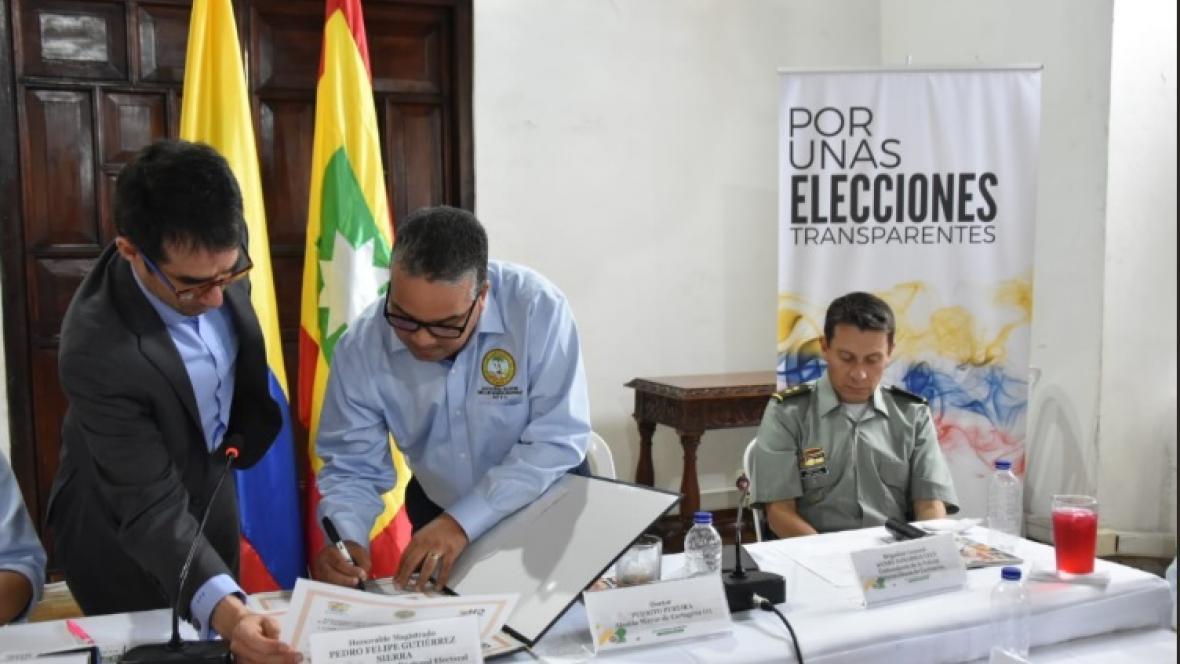 La firma del acuerdo entre las autoridades de Cartagena y el CNE.
