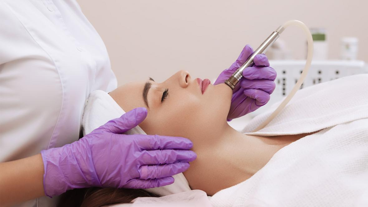 Una paciente recibe servicios estéticos en un centro especializado.