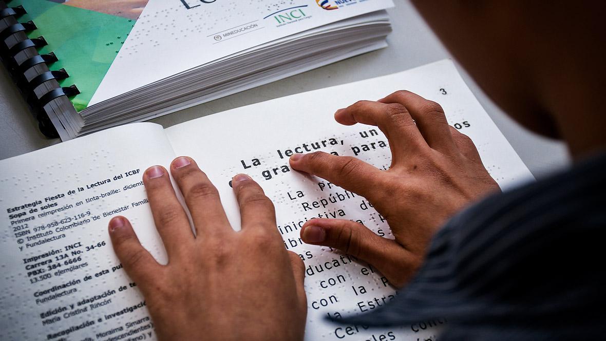Para la lectura, las personas con discapacidad visual deslizan las yemas de los dedos sobre el papel grabado.