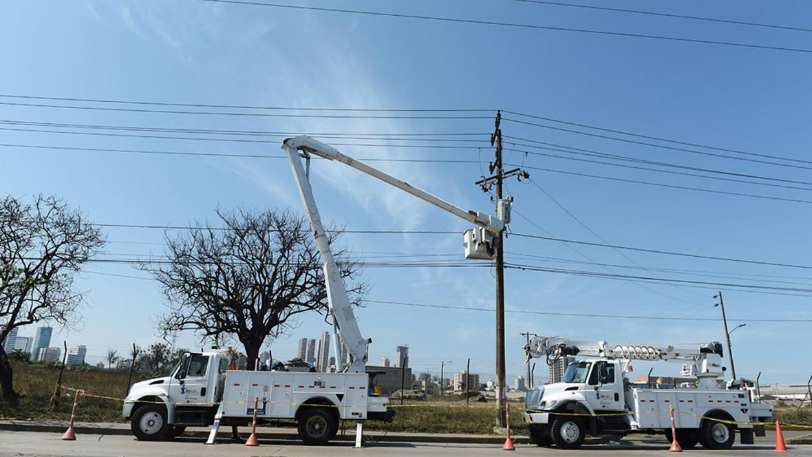 Operarios de Electricaribe realizan reparaciones en un poste de una zona del norte de Barranquilla.