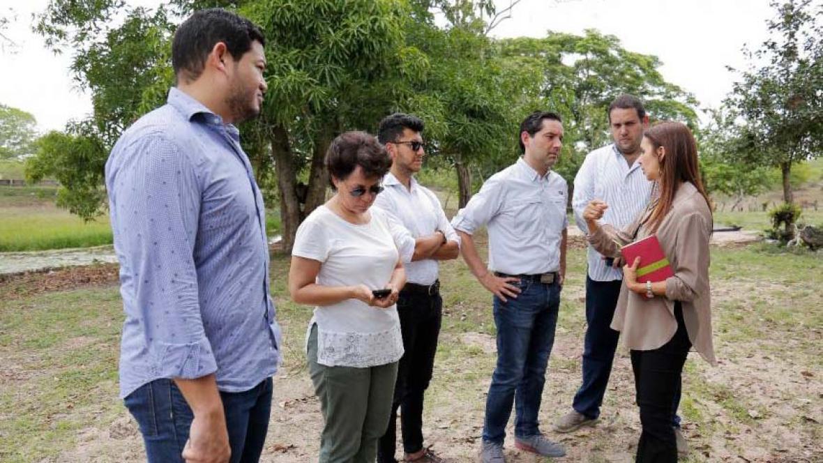 Funcionarios del Minjusticia, Gobernación del Atlántico, del Inpec y la Uspec, durante la visita al predio donde se construirá la megacárcel.