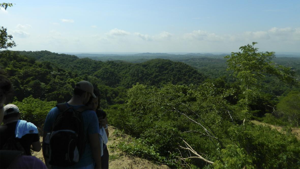 Un grupo de jóvenes camina por el sendero rocoso en Piedra Pintada, ubicada en el municipio de Tubará.