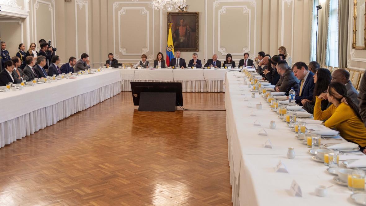 La reunión entre el Gobierno y representantes del paro empezó a las 7:10 de la mañana en Palacio.