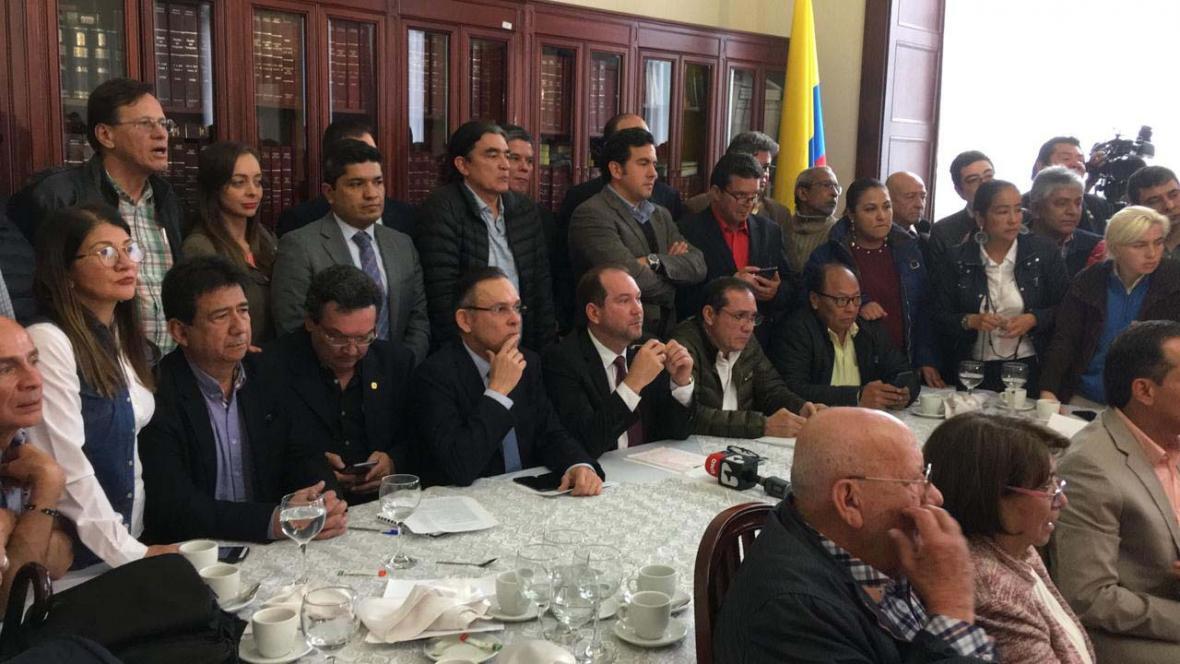 El presidente del Senado, Lidio García, con voceros de los partidos durante la reunión  de este miércoles con el Comité Nacional de Paro.