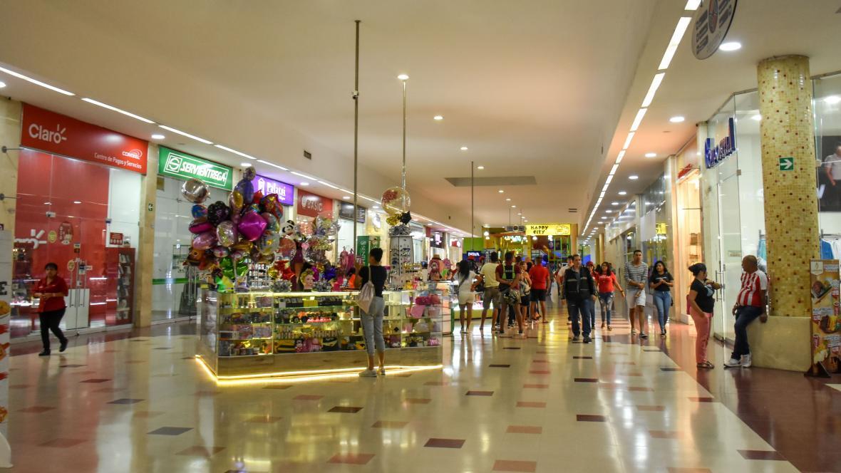 Pasillo principal del centro comercial Panorama en la calle 30 en Barranquilla
