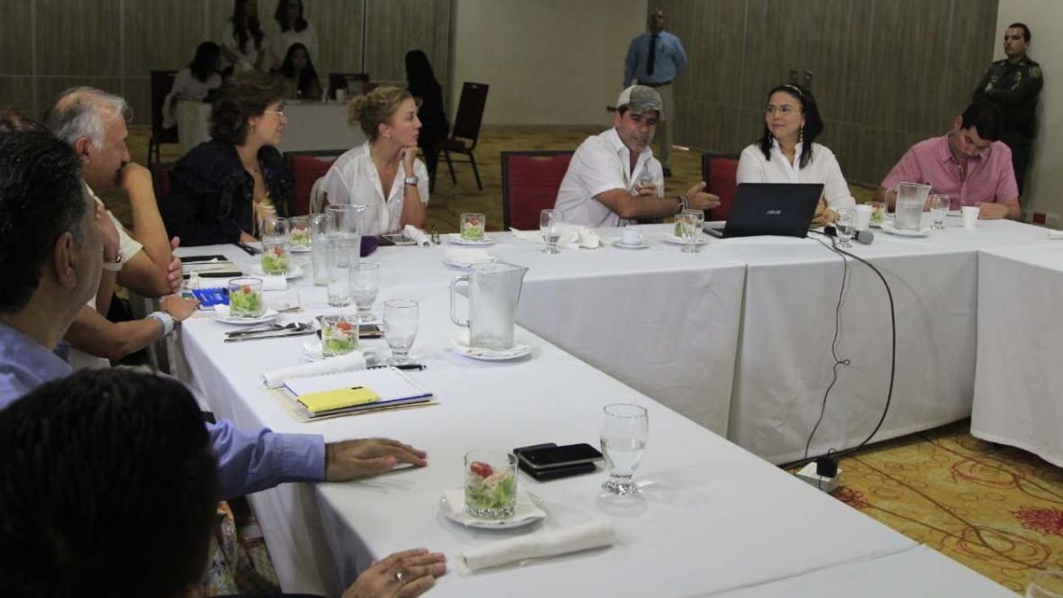 El alcalde Alejandro Char y la secretaria Emelith Barraza, en reunión con la calificadora y los bancos.