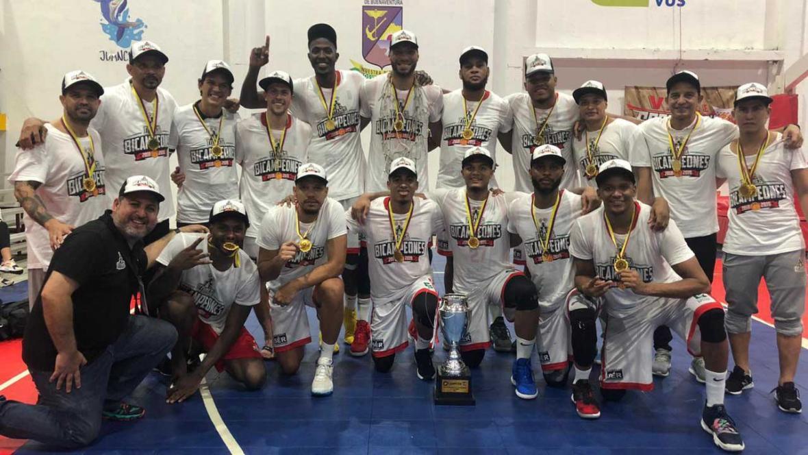 Los jugadores, cuerpo técnico y directivos de los Titanes, celebrando su bicampeonato en Buenaventura.