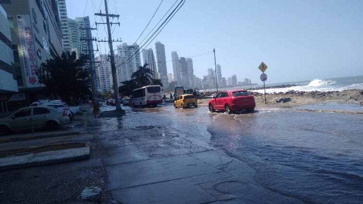 La zona costera de Cartagena está inundada por el oleaje debido a los vientos fuertes.