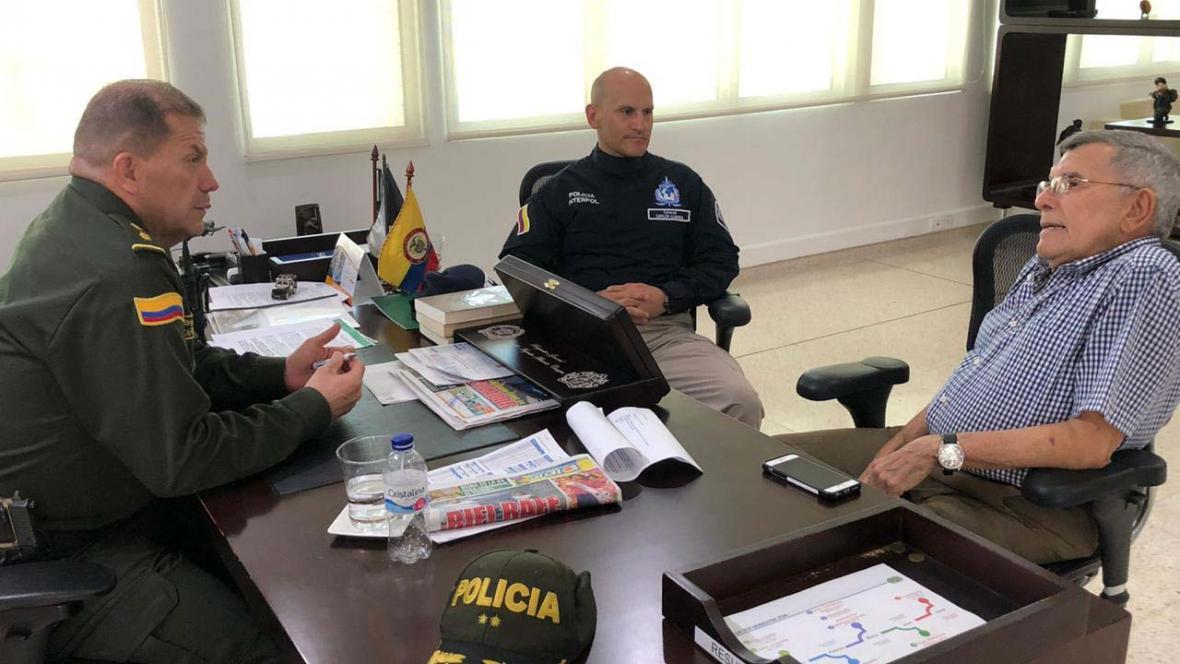 De izq a der: el general Ricardo Alarcón, comandante de la Mebar; el coronel Carlos Currea, de la Interpol; y el padre de Nancy, Martín Mestre.