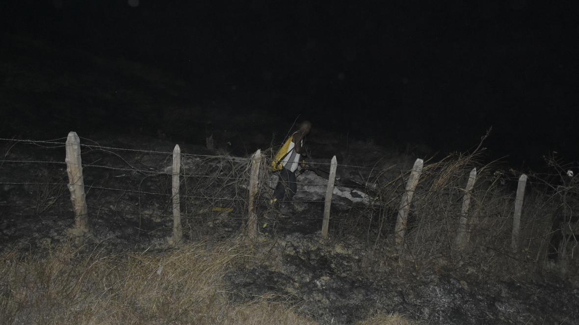 Un bombero revisa las afectaciones causadas por un incendio forestal en Juan de Acosta, Atlántico.