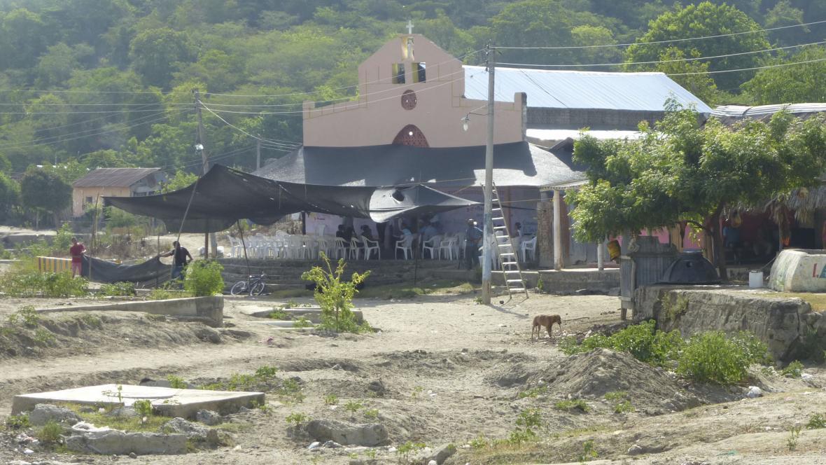 Vista de la iglesia del corregimiento del Carmen de Bolívar, donde hace 20 años se cometió la masacre de 60 personas a manos de los paramilitares de las AUC.