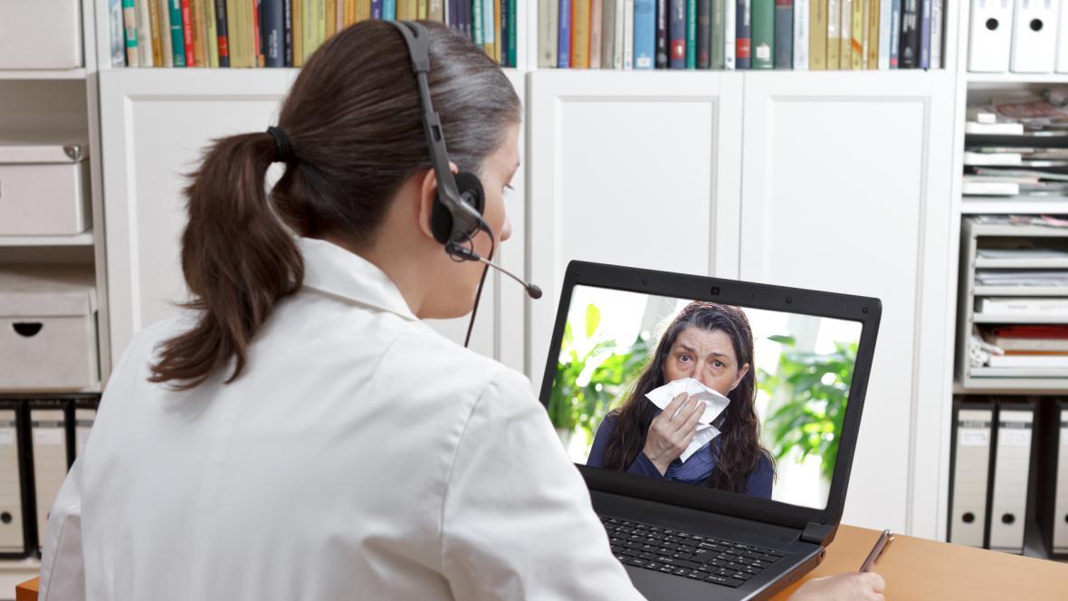 Una profesional de la salud atiende a un paciente a través de una videollamada.