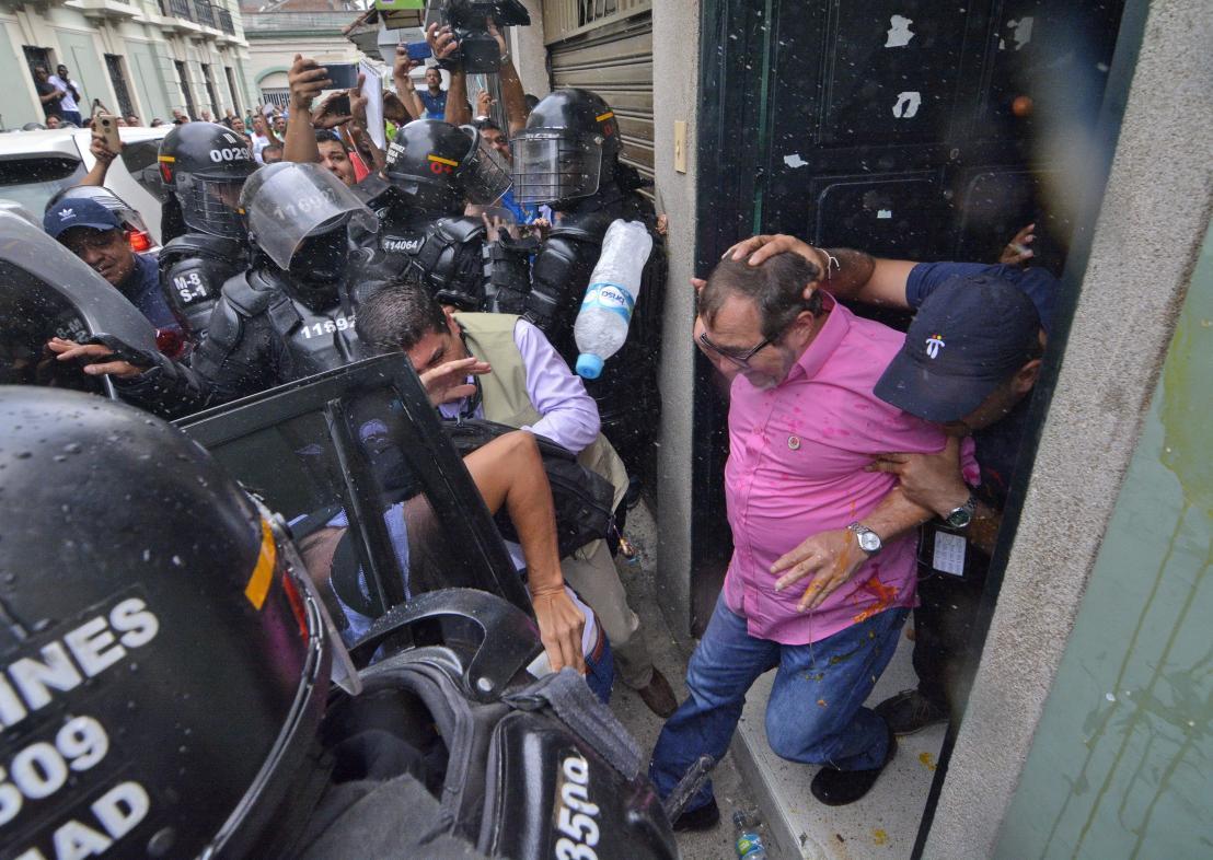 Rodrigo Londoño es ingresado a un carro en medio de la protesta en Cali.