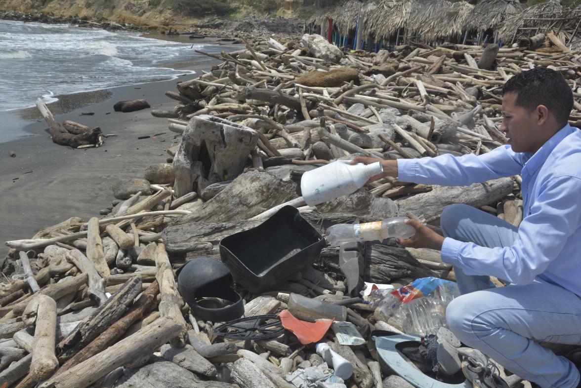 Plásticos desechables como bolsas y botellas se vierten en los mares del mundo.