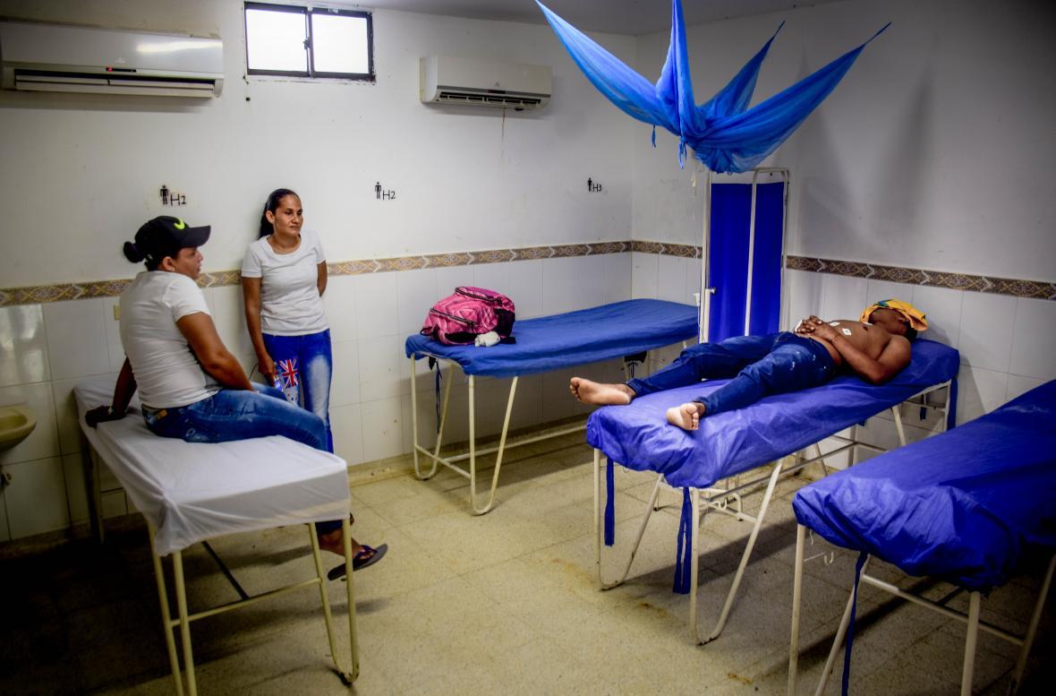 Un paciente y sus acompañantes esperan ser atendidos en el hospital de Ponedera.
