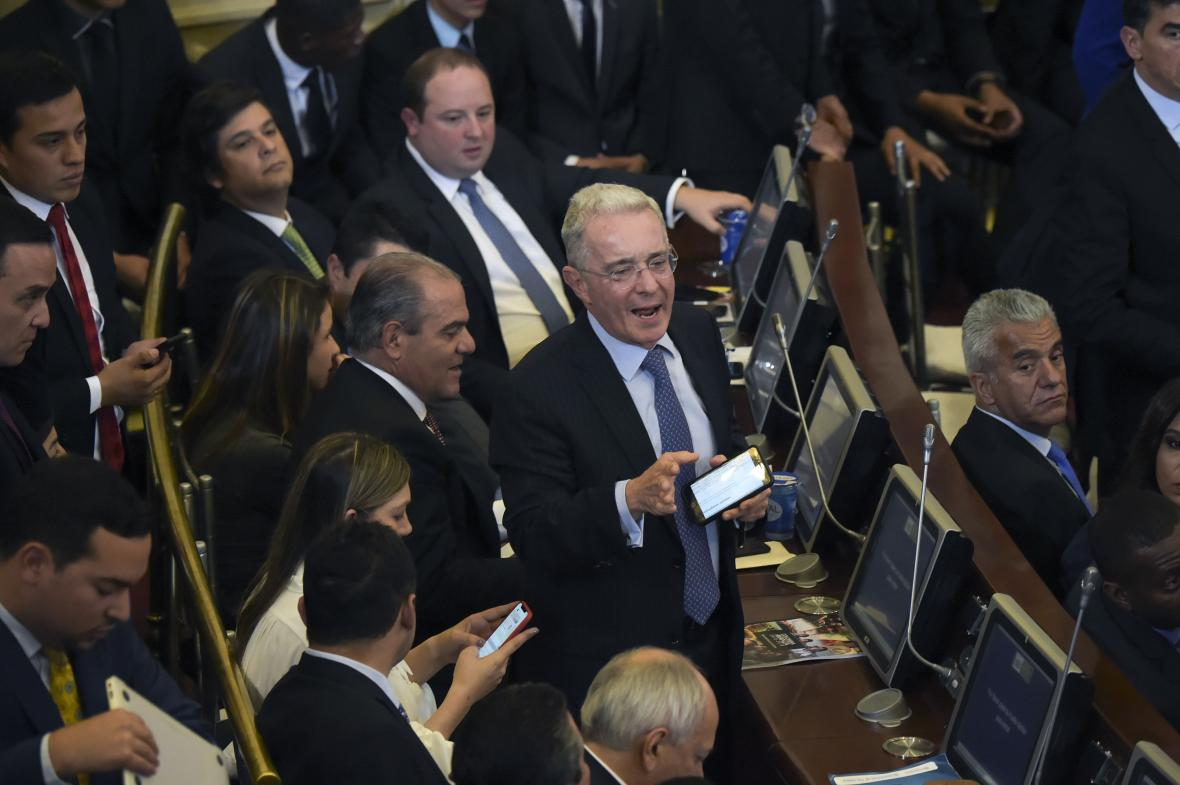 Ex presidente colombiano Uribe pide a Senado desconocer carta de renuncia