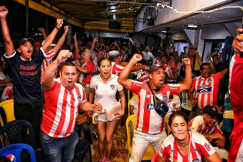 Un grupo de hinchas cantan el gol de Yony González al minuto 52, que significó el empate del partido.