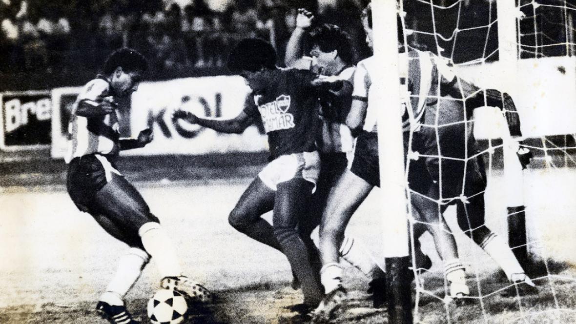 Acción de un clásico ardiente entre Junior y Unión Magdalena en el estadio Eduardo Santos de Santa Marta.