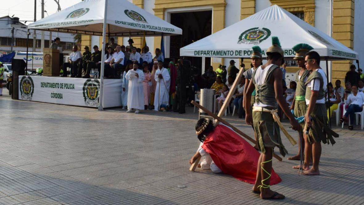 Momento en que un grupo de arte contemporáneo del municipio de Lorica realizaba una recreación del viacrucis en lanzamiento del plan Semana Santa Segura.