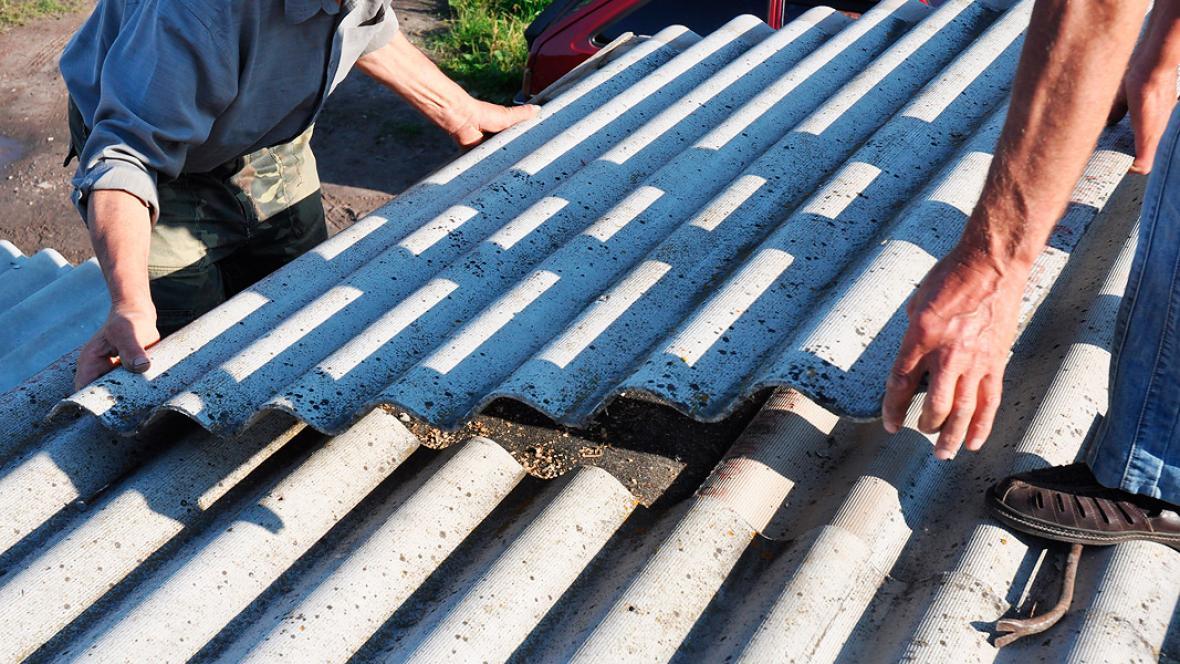La fibra de asbesto es usada en la fabricación de tejas, por sus propiedades aislantes y térmicas.