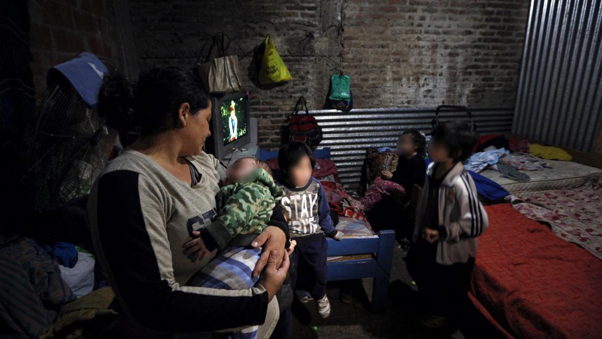 Cintia Sosa junto a 4 de sus 9 hijos en su hogar.