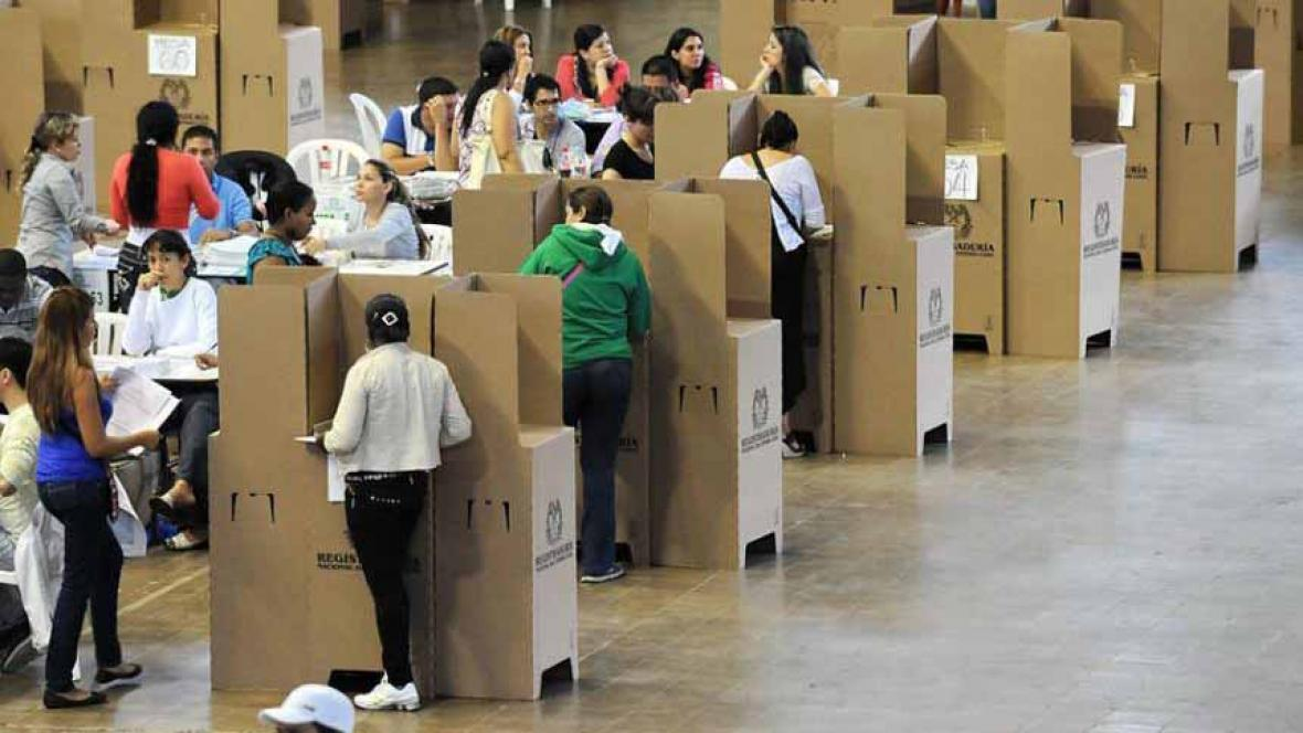 Ciudadanos votan en uno de los puestos establecidos en pasadas elecciones.