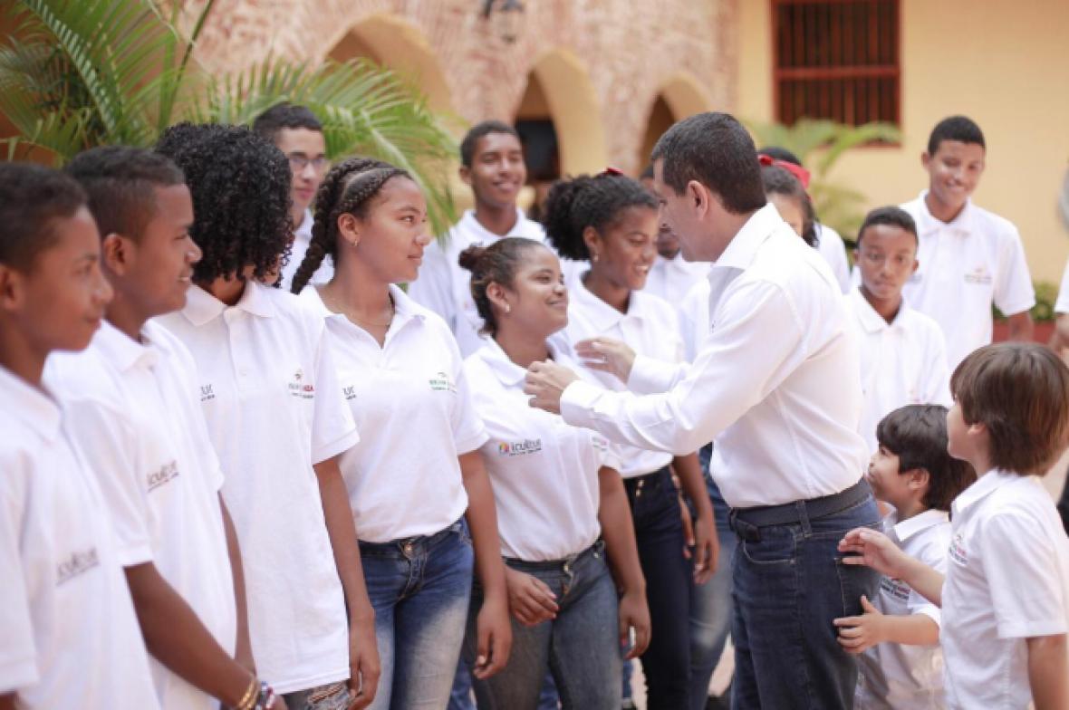 El gobernador Dumek Turbay saluda a los integrantes de la Banda 16 de Julio de San Estanislao.