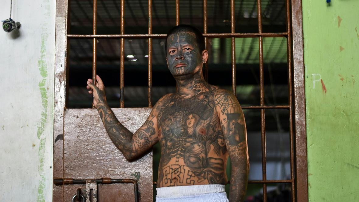 Un ex miembro de la pandilla MS-13, tiene tatuado el rostro y la mitad de su cuerpo.