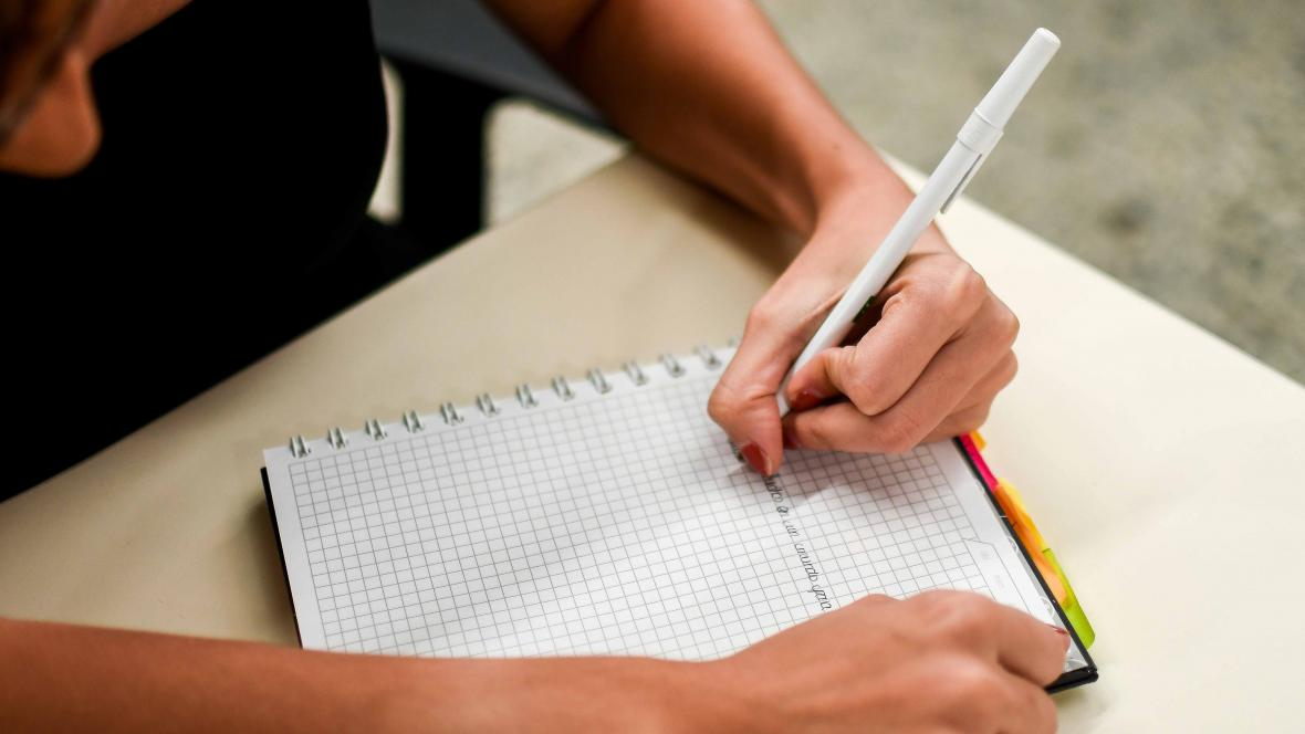 Ser zurdo es casi sinónimo de escribir con la mano y el papel volteado.