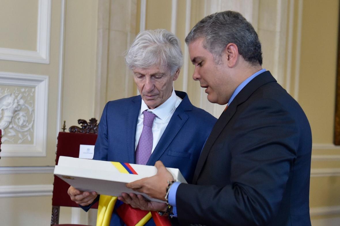 Pékerman recibió el Pabellón Nacional por parte del presidente Iván Duque