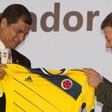 Presidentes Santos y Correa intercambian camisetas de sus respectivas selecciones