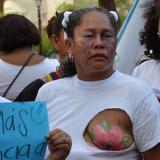 Con los senos al aire, las mujeres protestaron contra la violencia y el maltrato