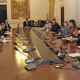 El presidente de Perú, Ollanta Humala (c), acompañado de su gabinete de ministros, mientras escuchaban la lectura del fallo de la CIJ de La Haya.